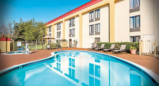 Outdoor Pool and Hot spa with Accessible chair lift - Hotel in Oakland CA