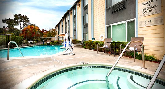 outdoor pool and spa - benicia ca hotel